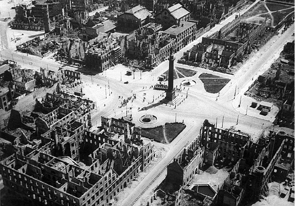 Darmstadt_bombing_Luisenplatz_1944